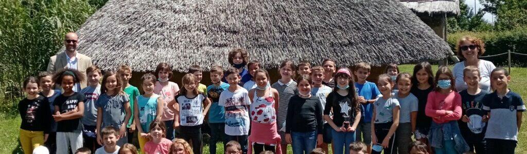 Les CE2 en visite au Préhisto'site du CAIRN